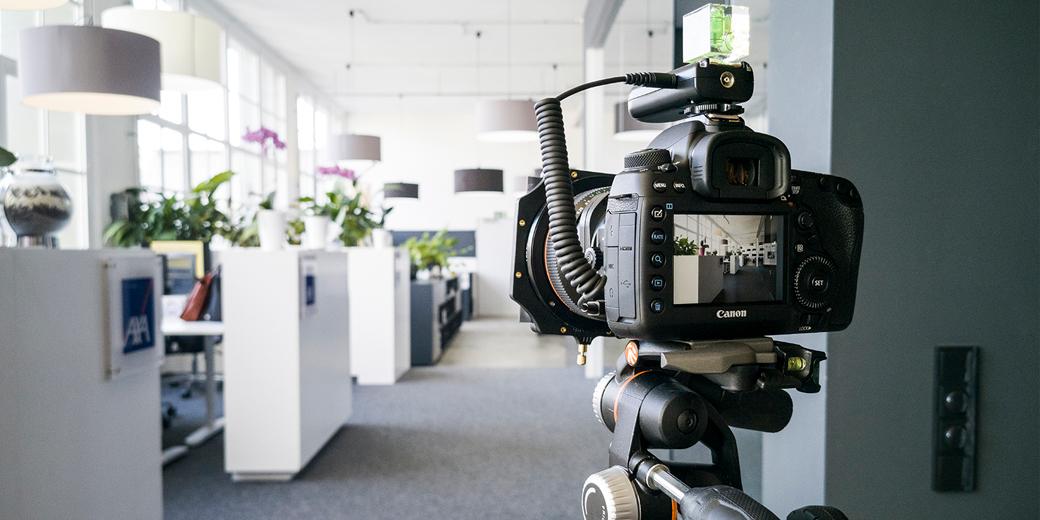 Spiegelreflexkamera auf stativ in ein Büro gerichtet